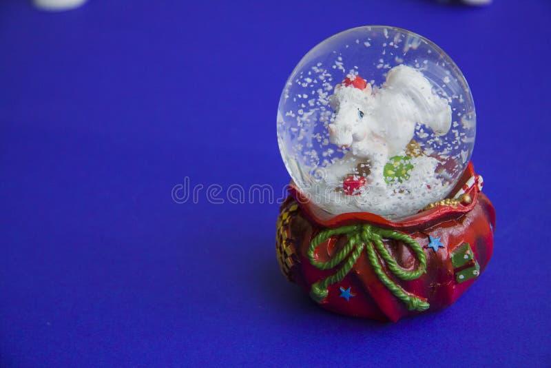 Śnieżna kula ziemska z koniem obrazy stock