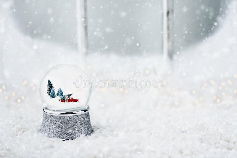 Śnieżna kula ziemska z zabawki ciężarówką obrazy royalty free