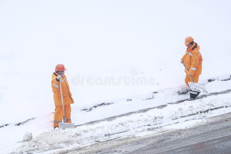 śnieżna polana ludźmi od zakładów użyteczności publicznej w Moskwa zdjęcie stock