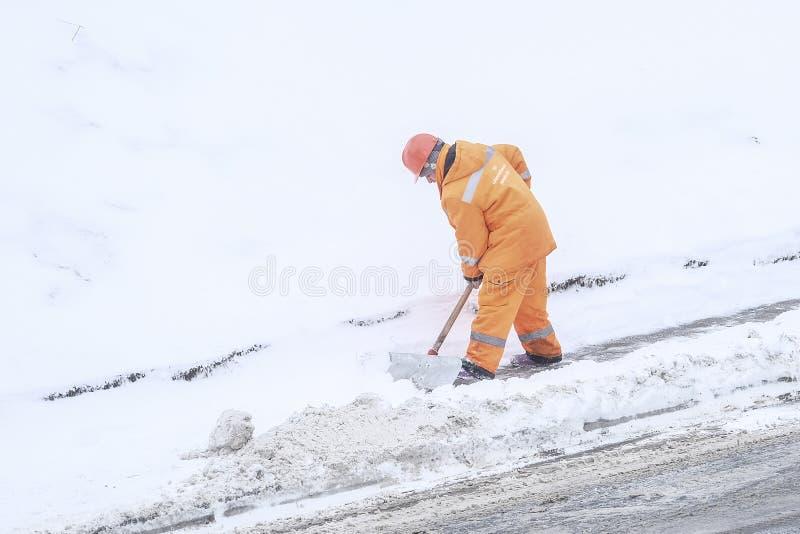 śnieżna polana ludźmi od zakładów użyteczności publicznej w Moskwa fotografia stock