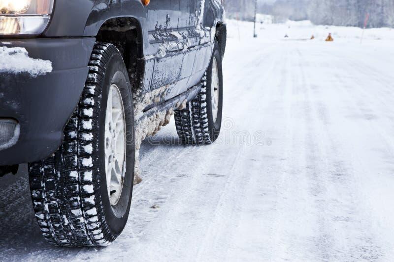 śnieżna samochodowa lasowa droga zdjęcie stock