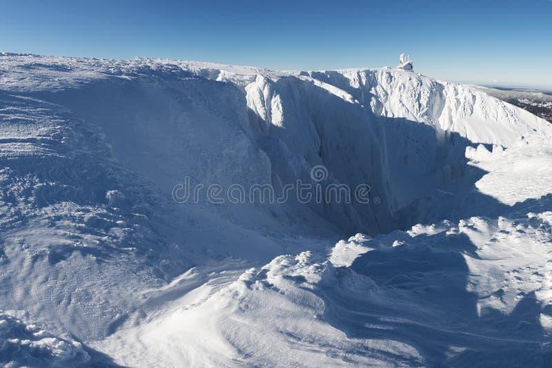 Śnieżna struktura z światłem słonecznym w tle, panorama śnieg dziury Z Wawel nadajnikiem - Krkonose giganta góry fotografia royalty free