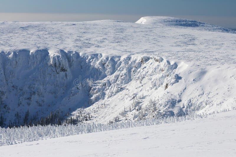 Śnieżna struktura z światłem słonecznym w tle, panorama śnieg dziury Z Wawel nadajnikiem - Krkonose giganta góry zdjęcie stock