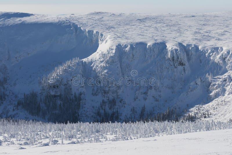 Śnieżna struktura z światłem słonecznym w tle, panorama śnieg dziury Z Wawel nadajnikiem - Krkonose giganta góry zdjęcia stock
