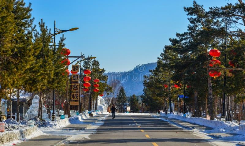 Śnieżna wioska z czerwonymi lampionami fotografia stock