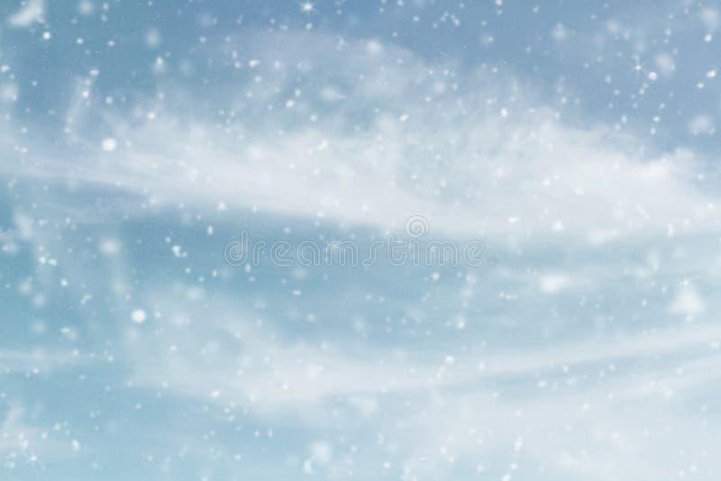 Śnieżna zima Skyscape z Spada śniegiem fotografia royalty free