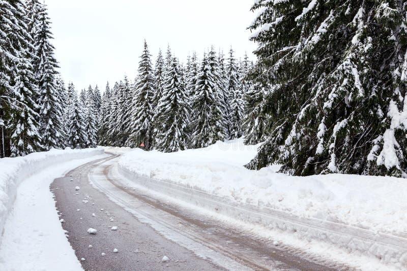Download Śnieżna zimy droga obraz stock. Obraz złożonej z alps - 53789383
