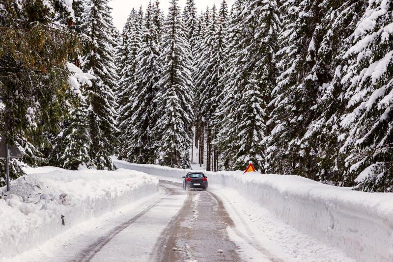 Download Śnieżna zimy droga obraz stock. Obraz złożonej z juliana - 53789423