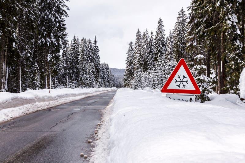 Download Śnieżna zimy droga zdjęcie stock. Obraz złożonej z kraj - 53789810