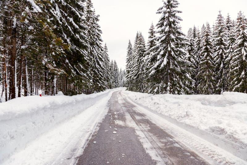 Download Śnieżna zimy droga zdjęcie stock. Obraz złożonej z wzgórze - 53789824