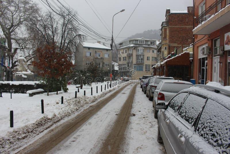 Śnieżna zimy ulica w centrum Petrich blisko zabytku niewiadomy żołnierz Bułgaria zdjęcia royalty free