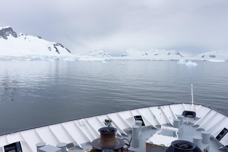 Śnieżne góry z łękiem łódź w przedpolu zdjęcie royalty free