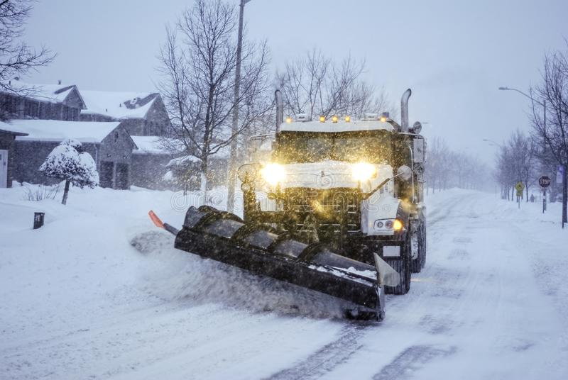 Śnieżnego pługu ciężarówka na podmiejskiej ulicie zdjęcie royalty free