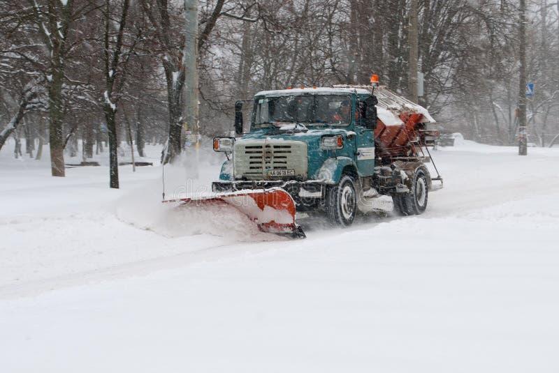 Śnieżnego pługu cleaning śnieg zdjęcie stock