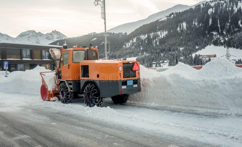 Śnieżnego zmywacza ciężarowy czyści śnieg zakrywał ulicy podczas zimy obrazy royalty free