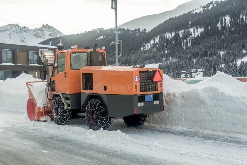 Śnieżnego zmywacza ciężarowy czyści śnieg zakrywał ulicy podczas zimy zdjęcie royalty free