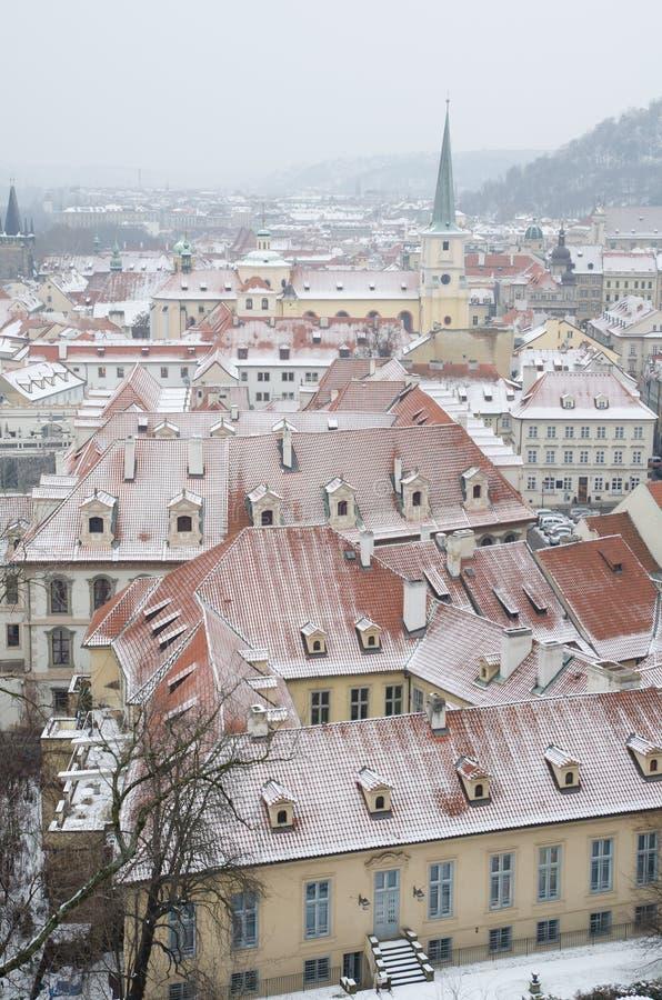 Śnieżni dachy Praga fotografia stock