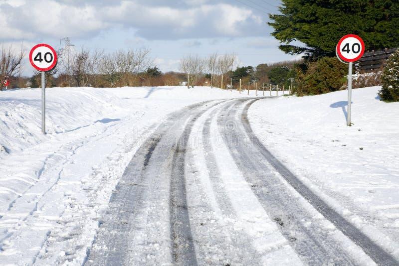 śnieżni wiejska droga ślada obraz stock