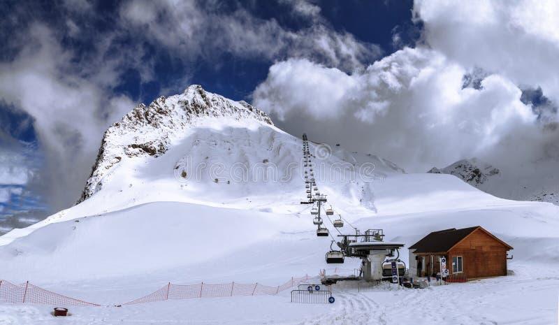 Śnieżny Aibga halny szczyt, narciarscy skłony i krzesła narciarski dźwignięcie w Sochi, Zimy Kaukaz góry panoramy szeroki krajobr obraz royalty free