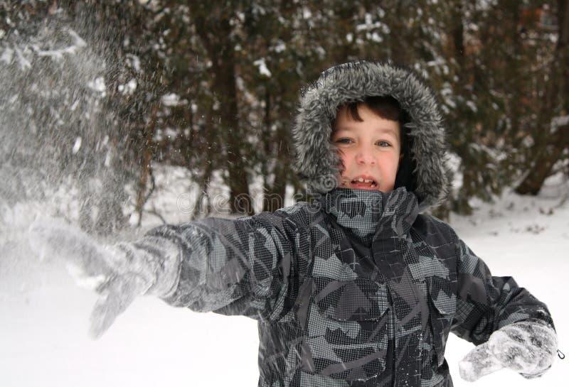 śnieżny chłopiec miotanie fotografia royalty free