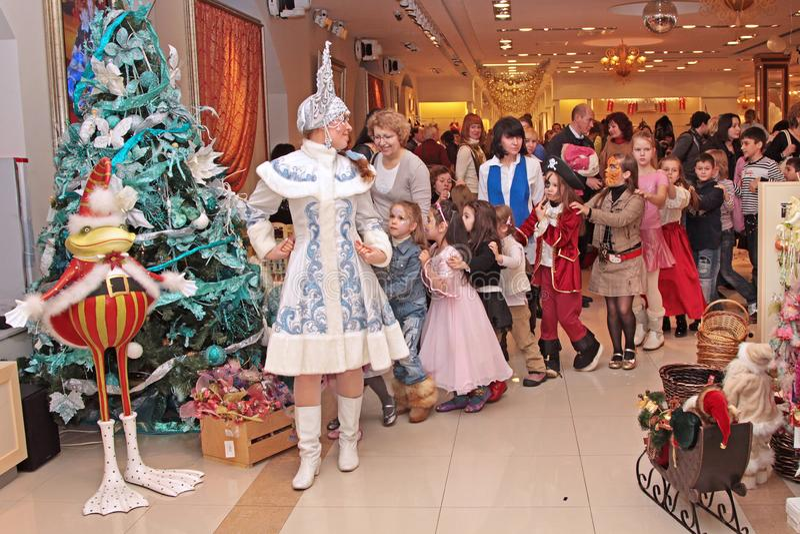 Śnieżny dziewiczy taniec z dziećmi przy nowego roku występem przy obraz royalty free