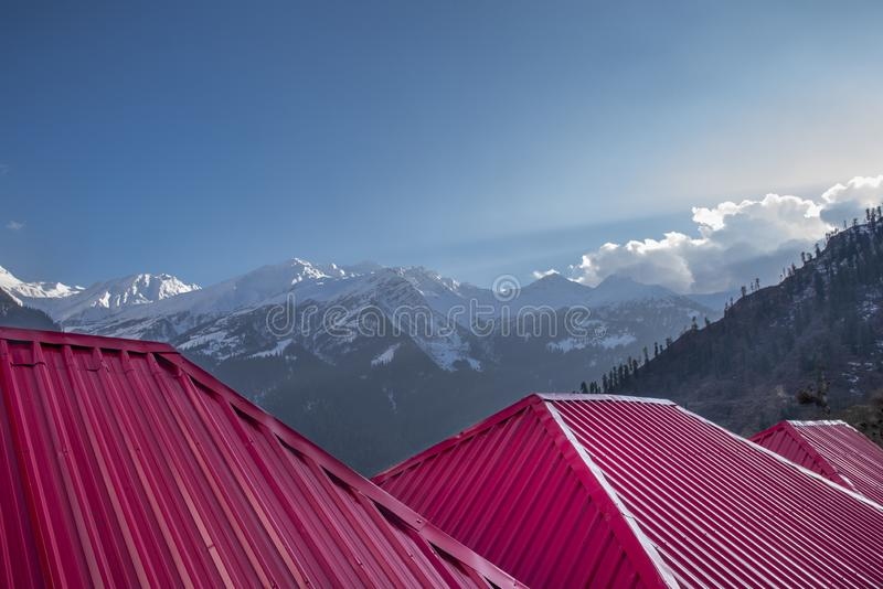 śnieżny góra krajobraz z dachem zdjęcia royalty free