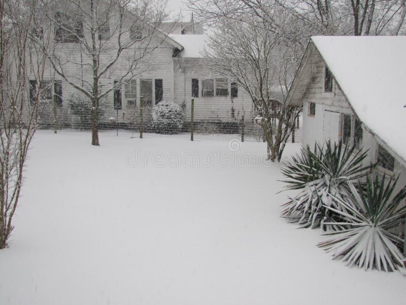 Śnieżny jard i krajobraz dom zdjęcie royalty free