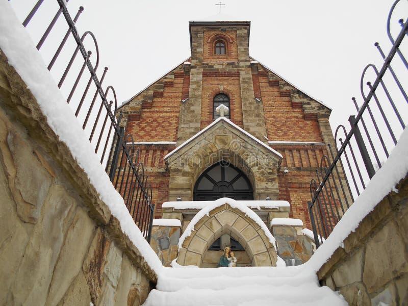 Śnieżny kościół katolicki Ceglany stary budynek Wejściowi drzwi fotografia stock