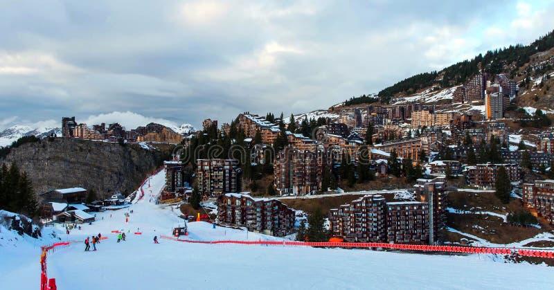 Śnieżny krajobraz Avoriaz ośrodek narciarski w Francja na słonecznym dniu obrazy royalty free
