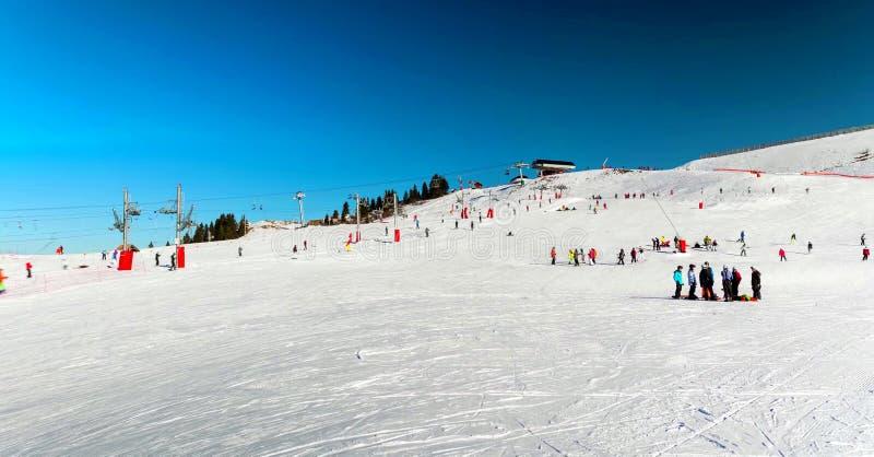 Śnieżny krajobraz Avoriaz ośrodek narciarski w Francja na słonecznym dniu obraz royalty free
