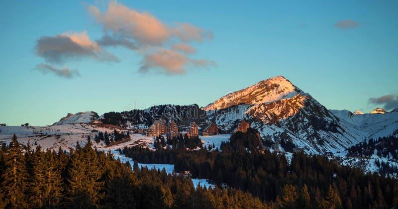 Śnieżny krajobraz Avoriaz ośrodek narciarski w Francja na słonecznym dniu zdjęcie stock
