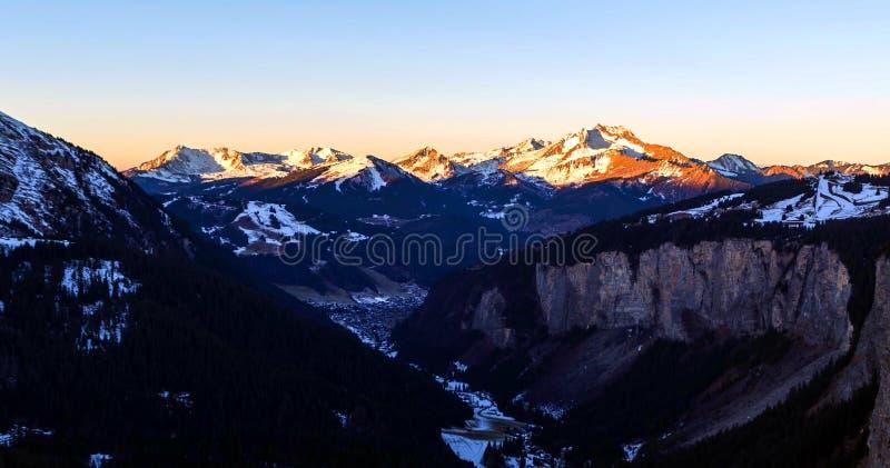 Śnieżny krajobraz Avoriaz ośrodek narciarski w Francja na słonecznym dniu fotografia royalty free
