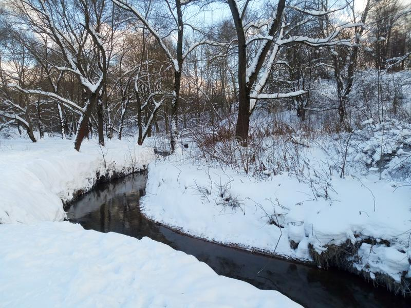 Śnieżny krajobraz Ramenka rzeka w pogodnym zima dniu moscow Rosja zdjęcia stock