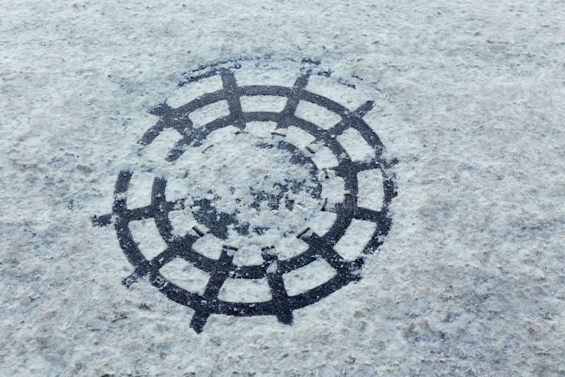 Download Śnieżny manhole zdjęcie stock. Obraz złożonej z griddle - 65226040