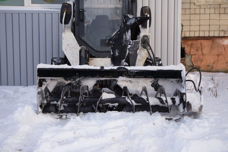 Śnieżny maszynowy manuał na ulicznym praca pracowniku zdjęcia royalty free