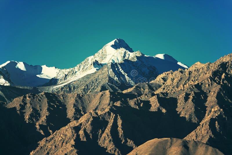 Śnieżny pasmo górskie Filtrujący wizerunek: krzyż przetwarzający rocznika skutek obraz stock