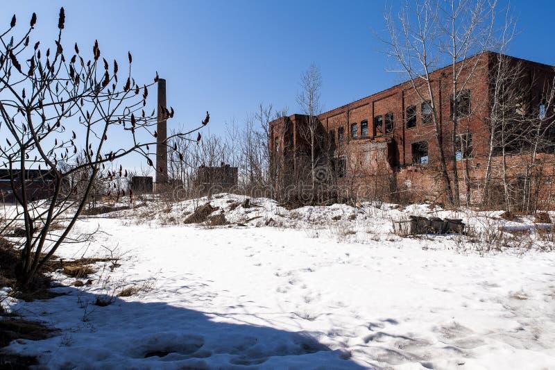 Śnieżny ranek Youngstown, Ohio - Zaniechanej republiki Gumowa fabryka - zdjęcia stock