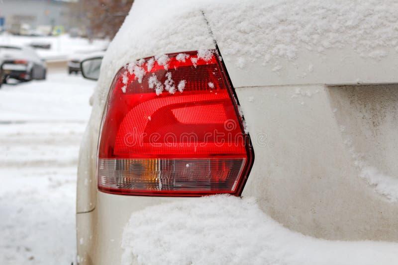 Śnieżny samochodowy ogonu światło Bezpieczeństwo na zim drogach zdjęcia royalty free