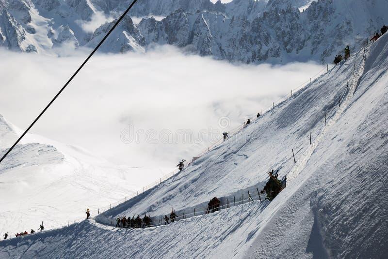 Śnieżny skłon z narciarkami, Mont Blanc zdjęcia stock