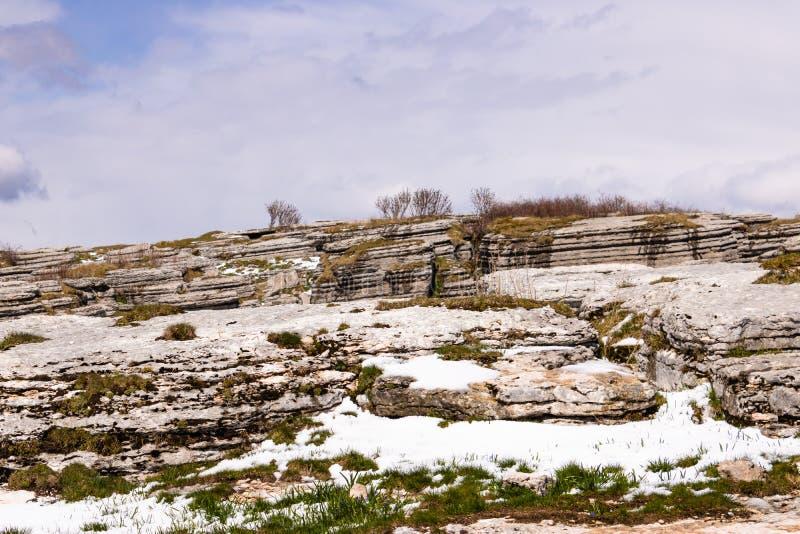 Śnieżny stapianie w górach, wiosna krajobraz w mountians - wizerunek zdjęcia stock