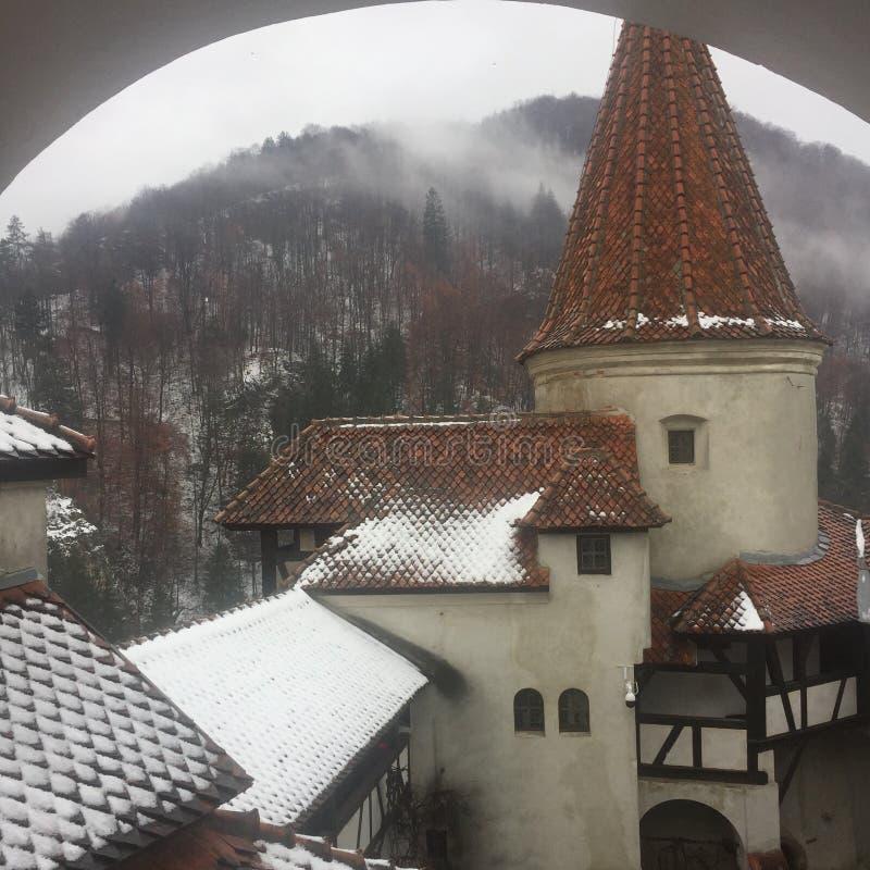 Śnieżny wierza otręby kasztelu Dracula kasztel, Rumunia fotografia stock