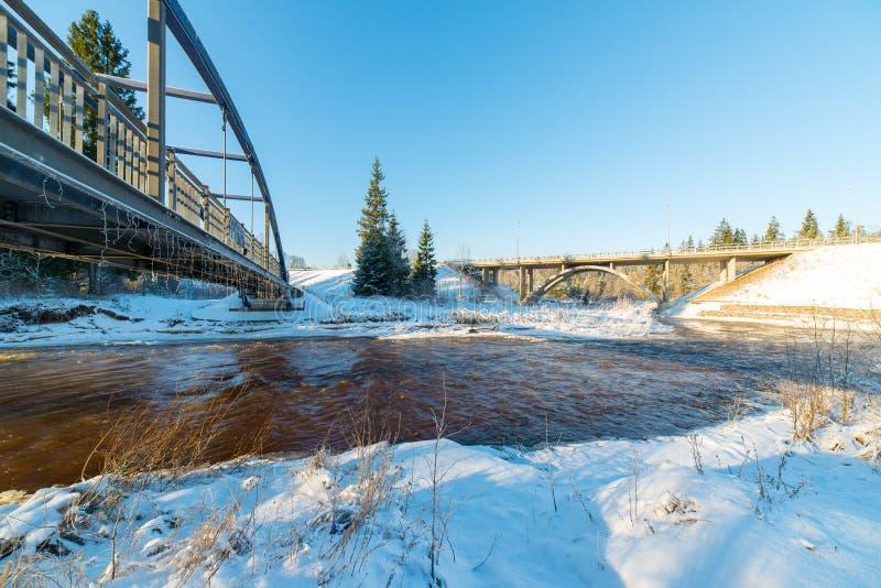 Śnieżny zimy rzeki krajobraz z metalu mostem zdjęcie stock