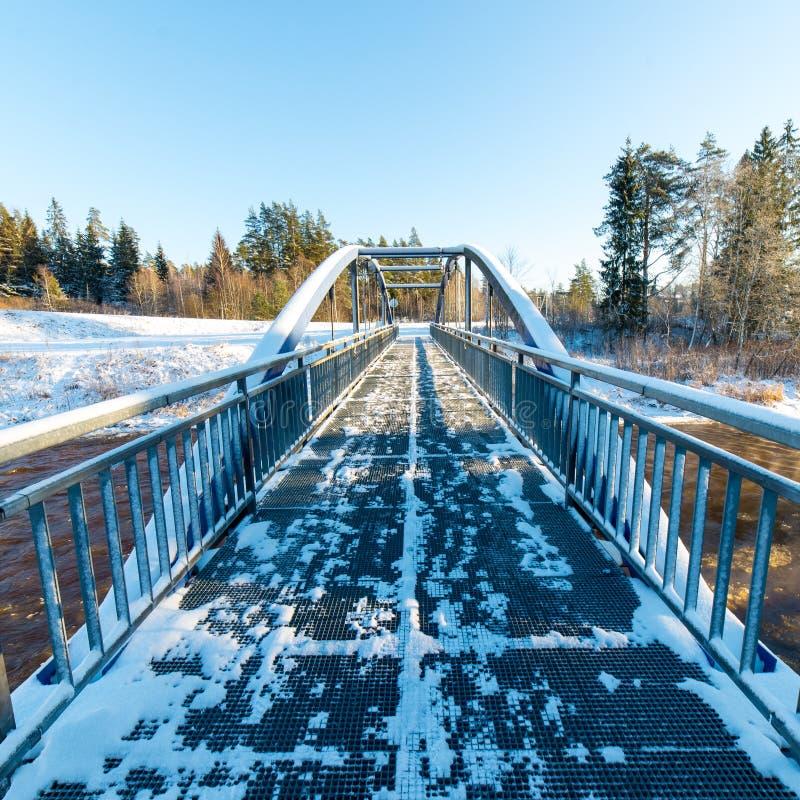 Śnieżny zimy rzeki krajobraz z metalu mostem fotografia stock