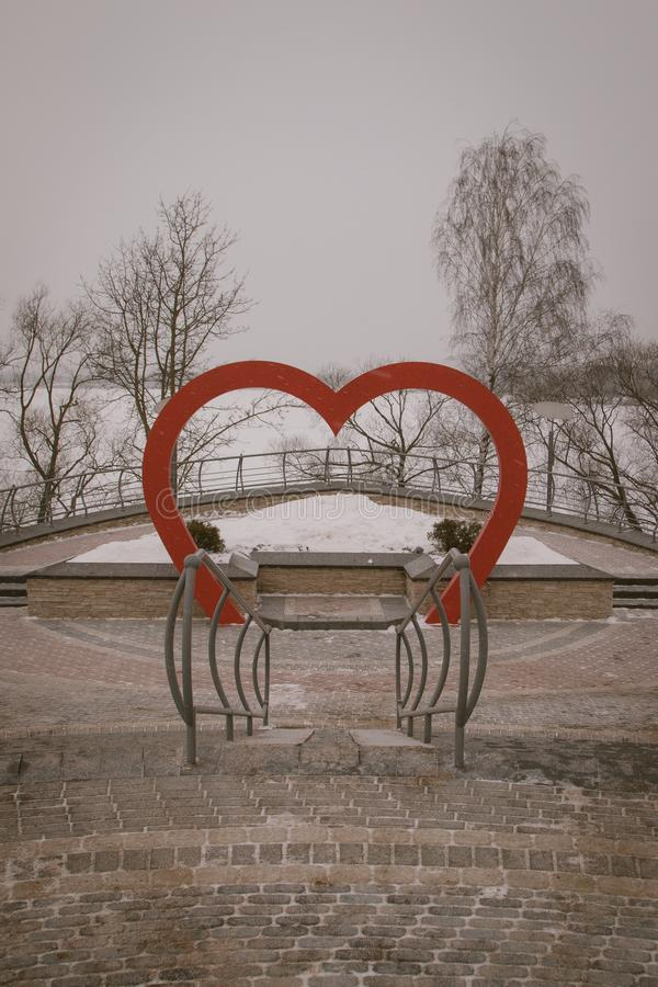 Śnieżyści drzewa i ławki w miasto parku Starszy mężczyzna w rekreacyjnym parku obrazy stock