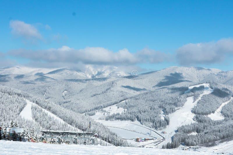 Śnieżyści skłony dla narciarek i snowboarders przy ośrodkiem narciarskim obrazy stock