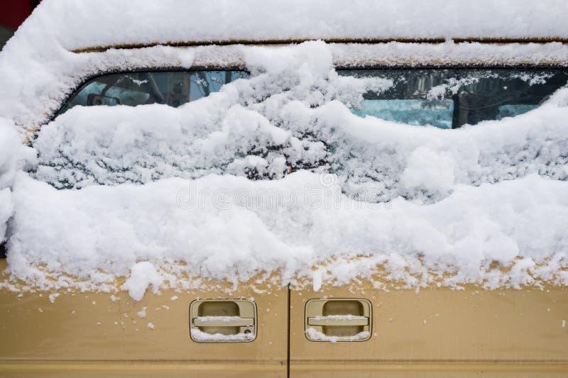 Lód i śnieg na samochodzie zdjęcie royalty free