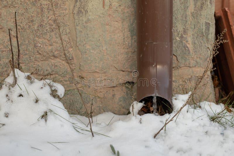 Śnieżysta rynna w jednorodzinnym budynku Wodny odciek od dachu fotografia royalty free