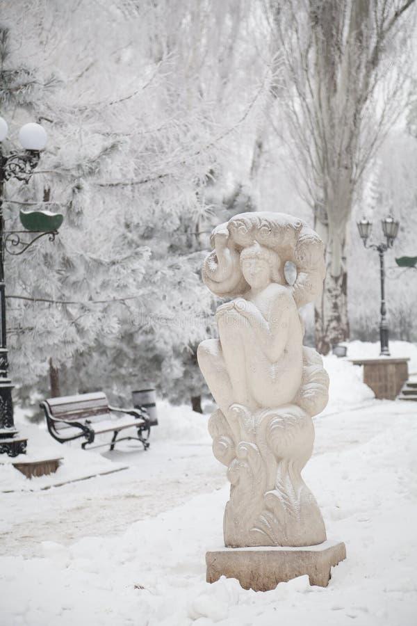 Śnieżysta rzeźba na miasto zimy bulwarze fotografia royalty free
