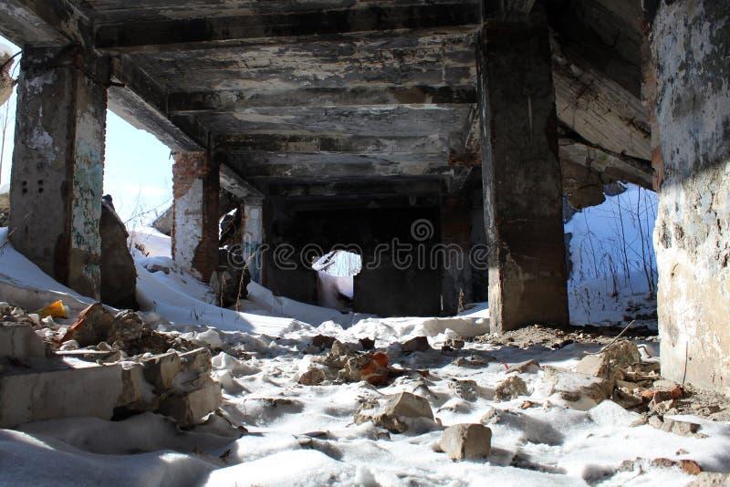 Śnieżyste ruiny z kolumnami i kawałkami cegły na ziemi zdjęcie stock