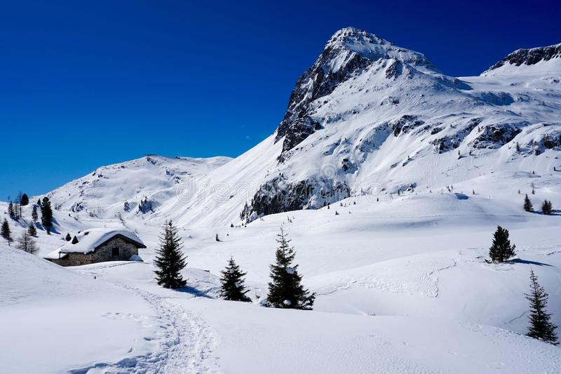Śnieg góry krajobrazu słońca Szczytowa zima obrazy royalty free